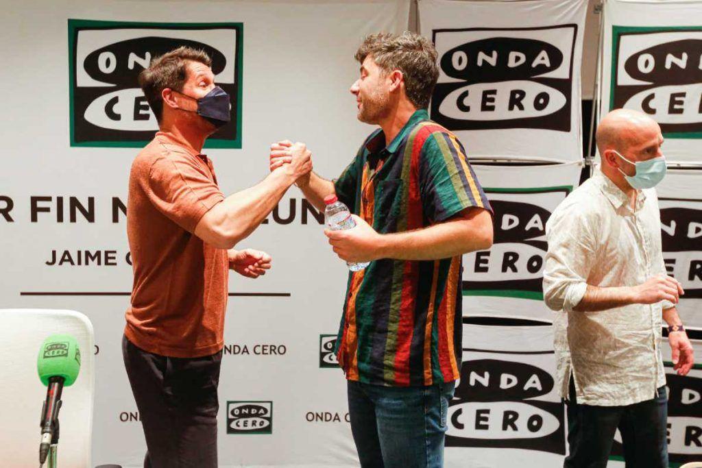 Jaime Cantizano saluda a Jose Asunción tras la entrevista y su actuación en directo en Por fin no es lunes de Onda Cero desde Ibiza